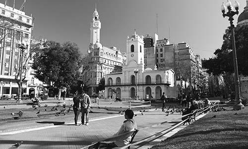 foto plaza de mayo blanco y negro